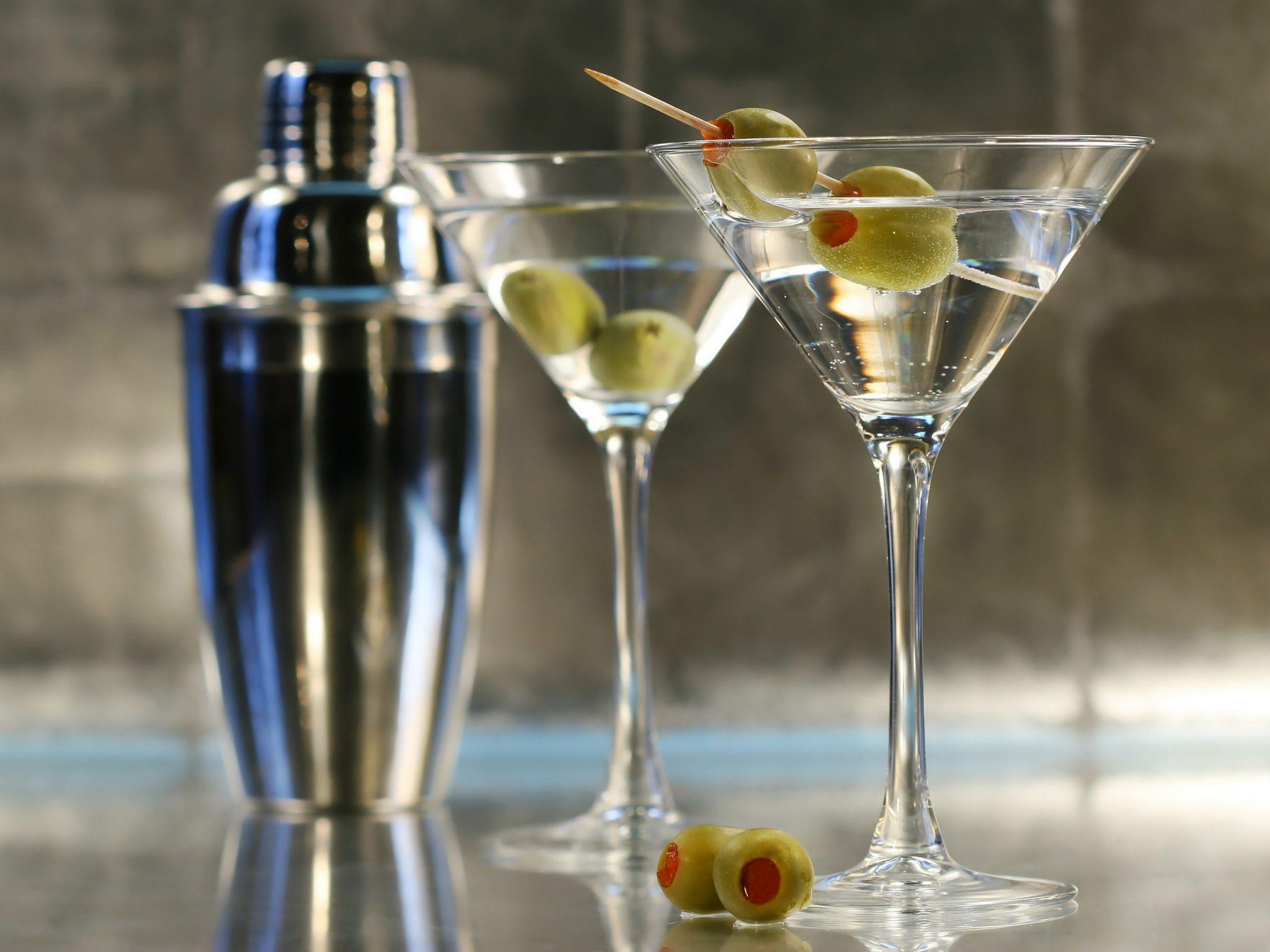 Коктейль из мартини, смешанный с водкой