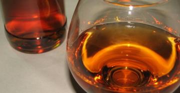 Чем закрасить самогон под коньяк, кофе, используя орешки, чай или кофе
